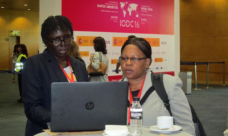 4ª Conferencia Internacional de Datos Abiertos IODC16 en Madrid. Dos asistentes miran sus ordenadores