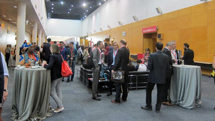 4ª Conferencia Internacional de Datos Abiertos IODC16 en Madrid. Vestíbulo exterior con participantes en un descanso