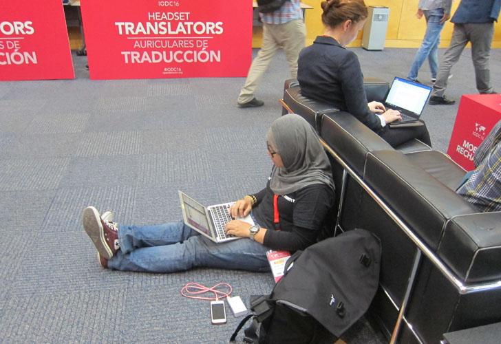 4ª Conferencia Internacional de Datos Abiertos en Madrid. Asistente sentada en el suelo con su ordenador