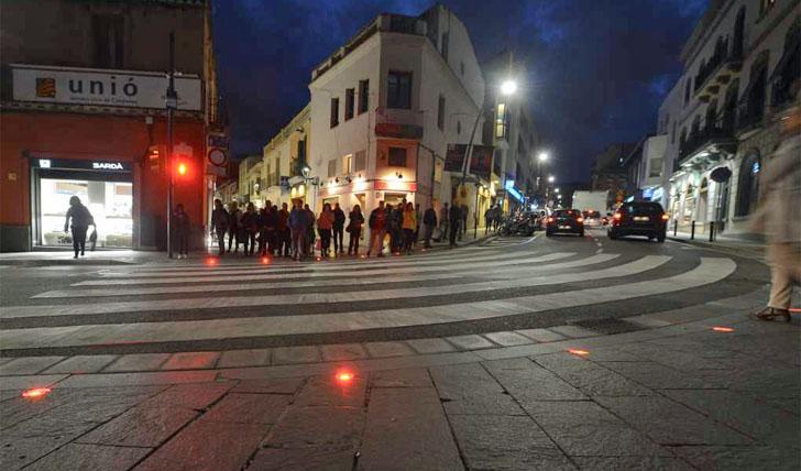 Semáforo terrestre para peatones distraídos con el móvil en San Cugat del Vallés