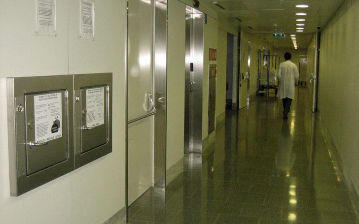 Un sistema de tuberías para gestionar los residuos en hospitales. Compuertas donde introducir las bolsas de desechos en un hospital