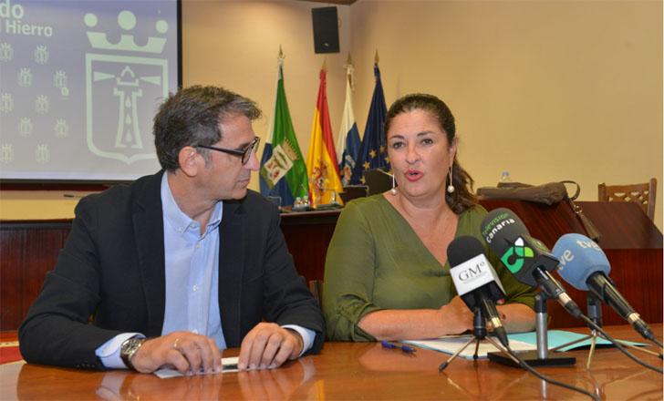 La presidenta del Cabildo de El Hierro, Belén Allende, junto al director de Red.es, en la reunión sobre el proyecto de isla inteligente 'El Hierro en Red'