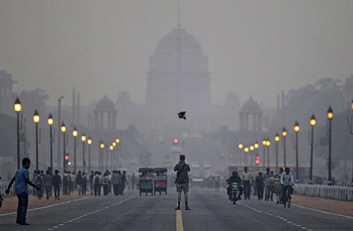 Vista de una calle de Nueva Delhi en la que se aprecia la contaminación del aire