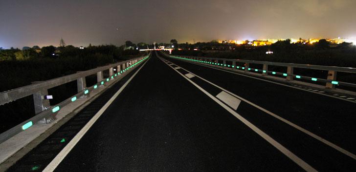 Tramo de carretera en Tarragona con el balizamiento NightWay en funcionamiento