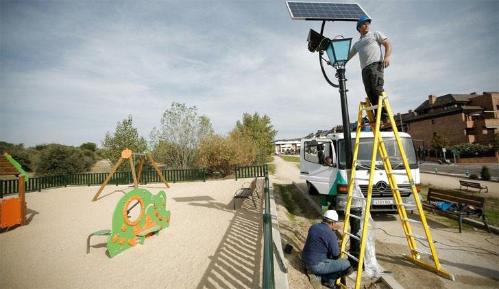 Las Rozas incorpora farolas solares LED en el alumbrado de sus parques. Instalación de una de estas farolas en un parque de Las Rozas (Madrid)