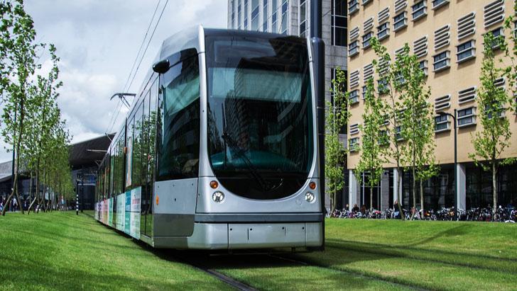 La ONU celebró la I Conferencia Mundial sobre el Transporte Sostenible. Tranvía circulando en una ciudad.