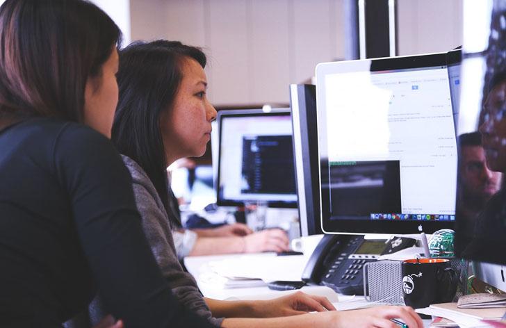La CE ha lanzado una coalición europea por las capacidades digitales para mejorar la empleabilidad de los ciudadanos. Mujeres trabajando frente a ordenadores