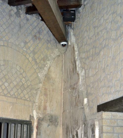 Tecnología de videovigilancia para el legado arqueológico de Pompeya. Cámara acoplada en el interior de una vivienda junto al techo