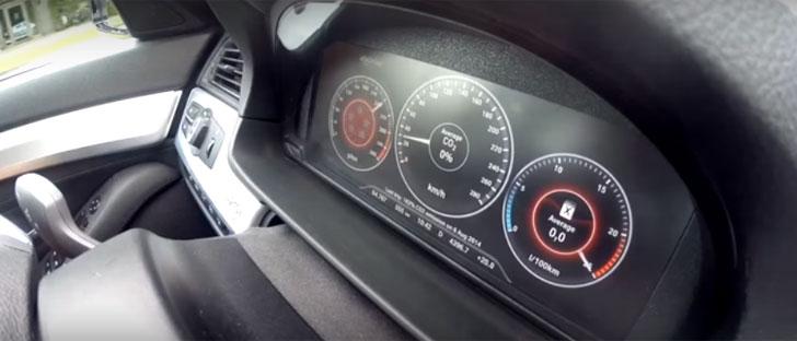 Uno de los sistemas de ecoDriving insertado en el salpicadero de un coche