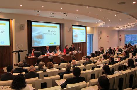 Imagen del auditorio y los ponentes durante un momento en la jornada