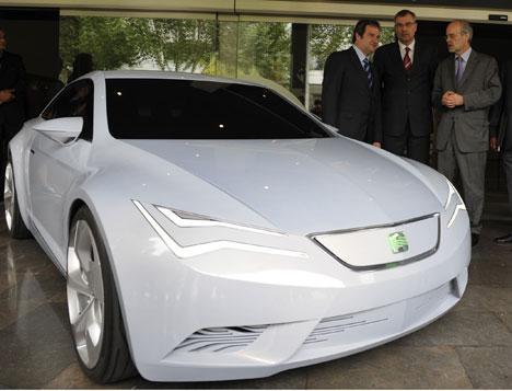 De izquierda a derecha, Jordi Hereu, alcalde de Barcelona, Wolfram Thomas, vicepresidente de Producción de SEAT y Antoni Castells, consejero de Economía y Finanzas de la Generalitat.