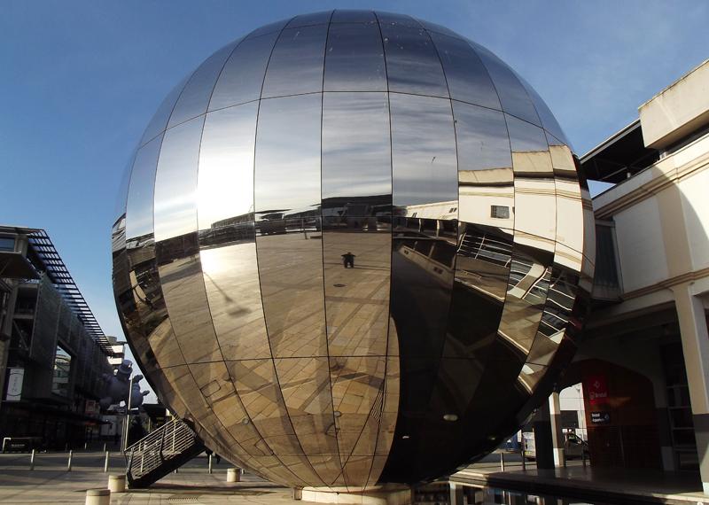Planetario en el que se encuentra el Bristol Data Domo con una pantalla con forma de bóveda para visualizar datos y entornos de realidad virtual.