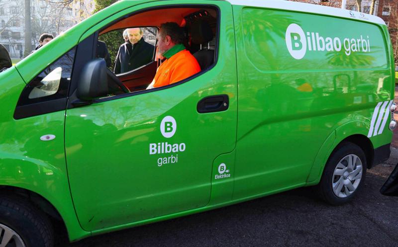 Furgoneta eléctrica de color verde que forma parte de la flota de vehículos eléctricos del servicio de jardinería de Bilbao.