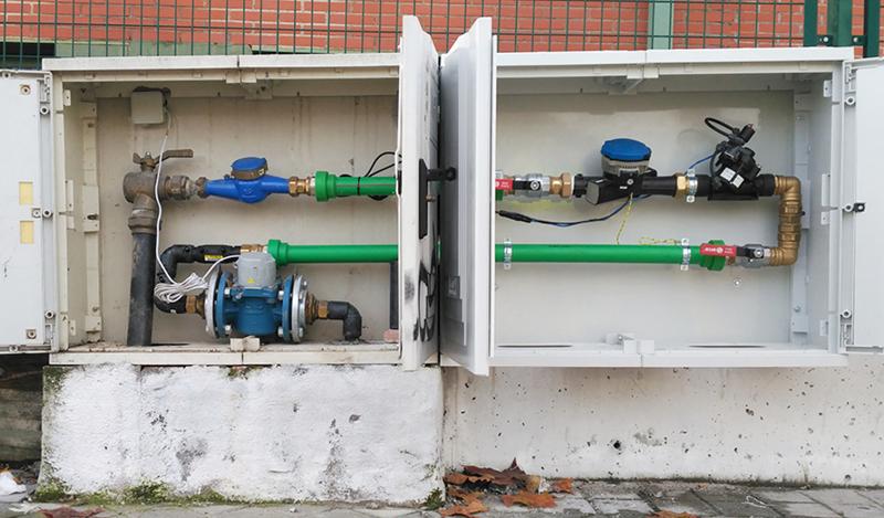 Medidores del flujo del agua instalados en las tuberías de suministro de uno de los pilotos del proyecto de gestión del agua.