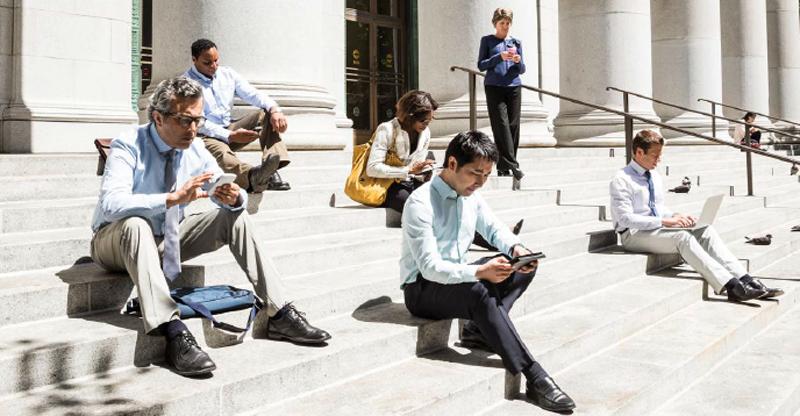 Personas en una escalinata mirando tablets y smartphones, una forma de acceder a internet que cada vez crece más.