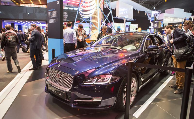 La gama premium del sector automovilístico también se apunta a la aplicación de la tecnología móvil. Coche conectado de la marca Jaguar.