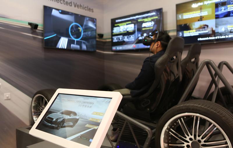 Numerosas compañías mostraron sus aplicaciones tecnológicas en materia de coche conectado en el MWC, aplicaciones que los asistentes pudieron probar y experimentar.