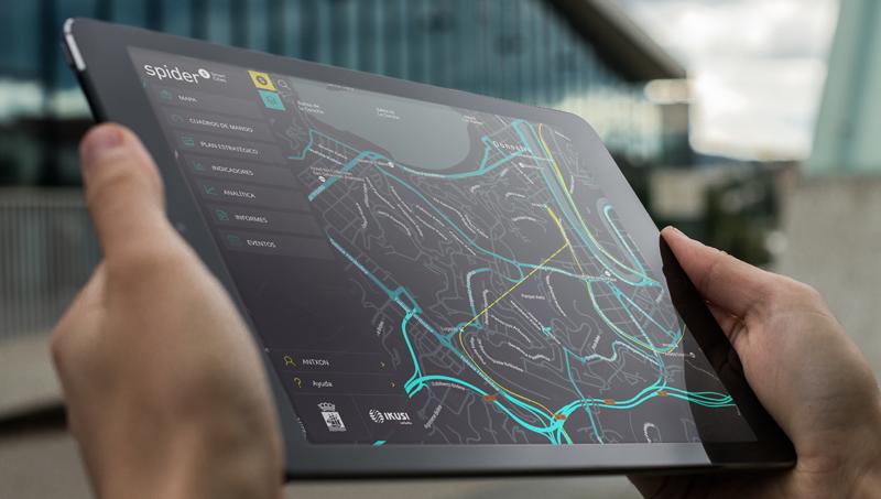 Un usuario gestiona en su tableta la Plataforma Spider, creada por Ikusi para la gestión eficiente de los servicios en la Ciudad Inteligente.