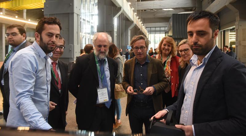 Los congresistas compartieron experiencias sobre el desarrollo de ciudades inteligentes. El Secretario de Estado José María Lassalle y el Coordinador de Alcaldía del Ayuntamiento de Madrid, Luis Cueto, viendo las novedades de uno de los expositores.