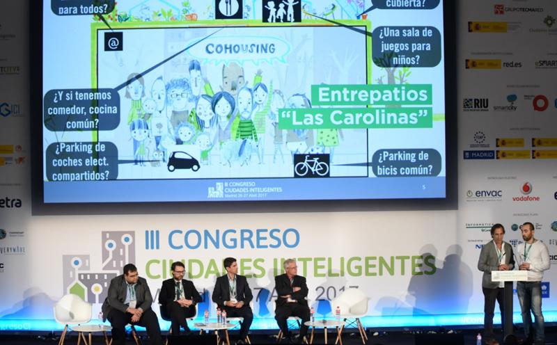 Iñaki Alonso, arquitecto CEO de sAtt, y Pascual Pérez, diseñador de CivicWise, expusieron el concepto de 'cohousing' tal y como se está implementando en la cooperativa de viviendas Entrepatios de Madrid.