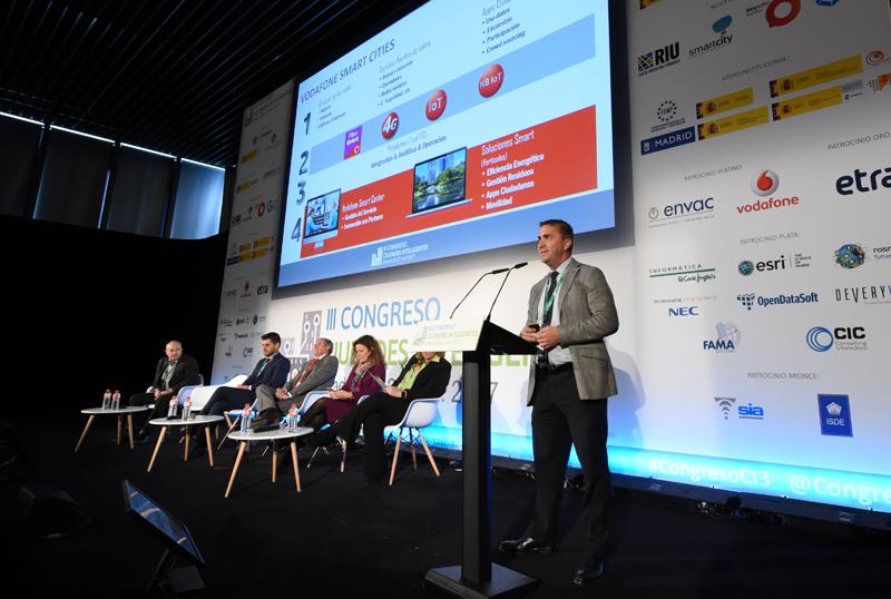 Antonio Cabello (sentado, primero por la drcha.), Jefe de Servicio en la Junta de Andalucía, y José Luis Solano (de pie en el atril) hablaron sobre el Vodafone Smart Center, ubicado en Sevilla.