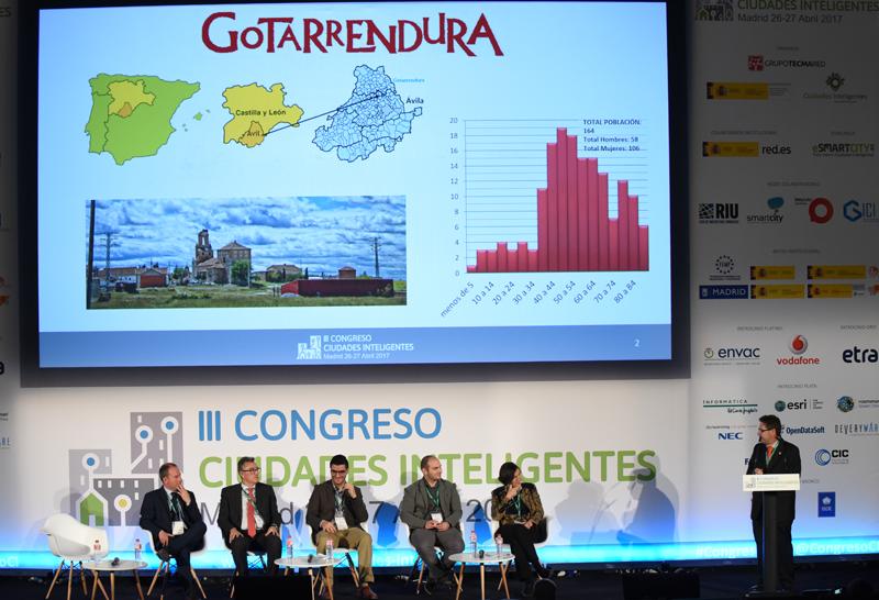 Fernando Martín, representando al Ayuntamiento de Gotarrendura, explicó las medidas que ha tomado este pueblo de 164 habitantes para ser eficiente e innovador.