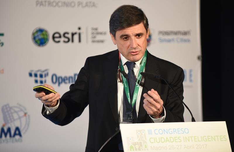 La conferencia de Enrique Martínez Marín se tituló La evolución del concepto de Ciudad Inteligente en España: hacia dónde nos dirigimos. Enrique Martínez durante un momento de su exposición.