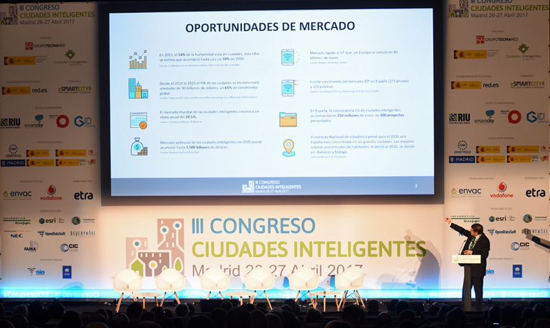 El Coordinador del Plan Nacional de Ciudades Inteligentes, Enrique Martínez Marín ofreció la primera conferencia magistral del Congreso.
