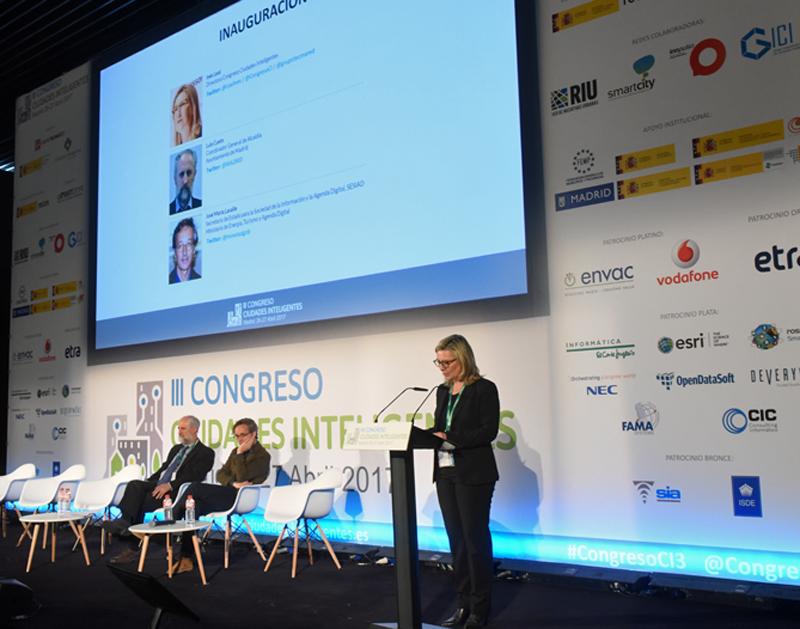 La directora del III Congreso Ciudades Inteligentes dio la bienvenida a los congresistas en la apertura del evento.