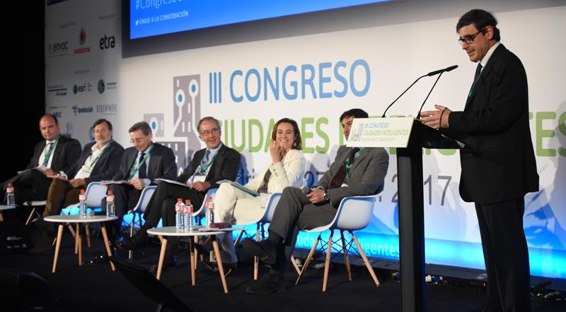 Enrique Martínez Marín moderó la mesa redonda El papel de los municipios en el impulso a las Ciudades Inteligentes en España: trabajando en colaboración.