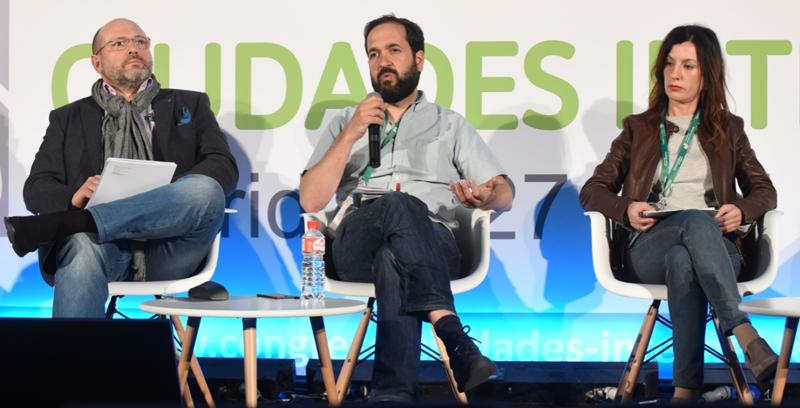 Marcos García, director de Medialab-Prado de Madrid, durante su intervención en la mesa redonda, junto a sus compañeros.
