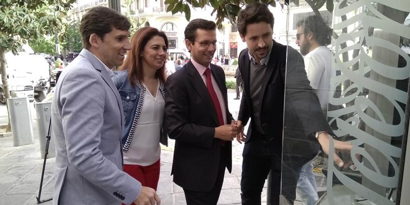 Presentación de las cabinas telefónicas reconvertidas en puntos de información inteligente, con el alcalde de Granada, Francisco Cuenca.
