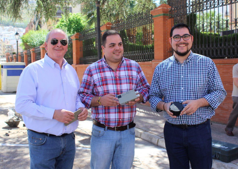 La instalación de los sensores de aparcamiento en la ciudad de Martos ya ha comenzado, dentro su proyecto de Ciudad Inteligente. El alcalde de Martos, junto al concejal de Presidencia y un técnico.