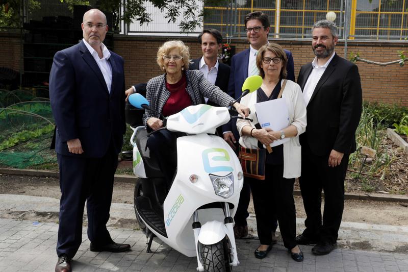 Presentación del servicio de moto eléctrica compartida en Madrid. Alcaldesa de Madrid, Manuela Carmena, montada en una de las motos.