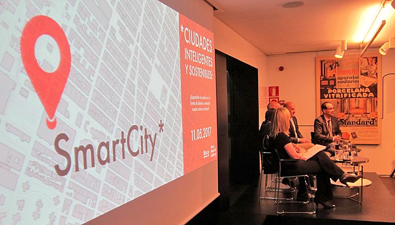 Los cinco expertos en ciudades inteligentes también tuvieron la oportunidad de entablar un diálogo sobre el futuro de las urbes con el público asistente a la mesa redonda.