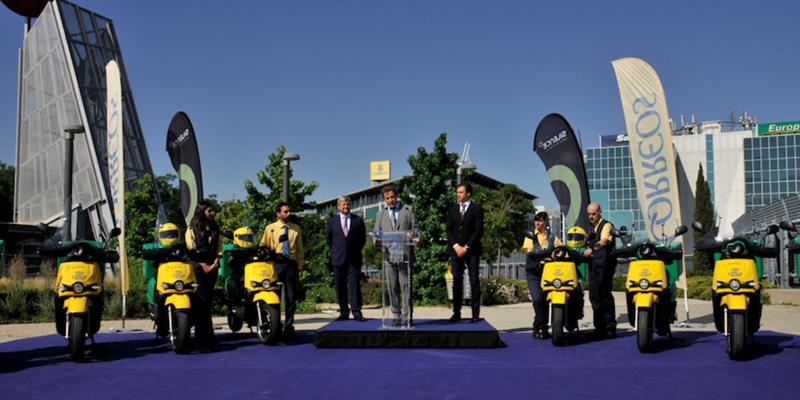 Presentación de las motos eléctricas que formarán parte de la flota de reparto de Correos en los próximos días.