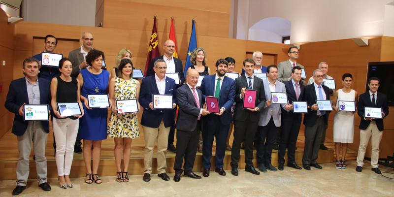 Municipios de la Región de Murcia junto al presidente del Gobierno murciano en la firma del acuerdo por el que podrán prestar servicios de Administración Electrónica sirviéndose de la plataforma autonómica.
