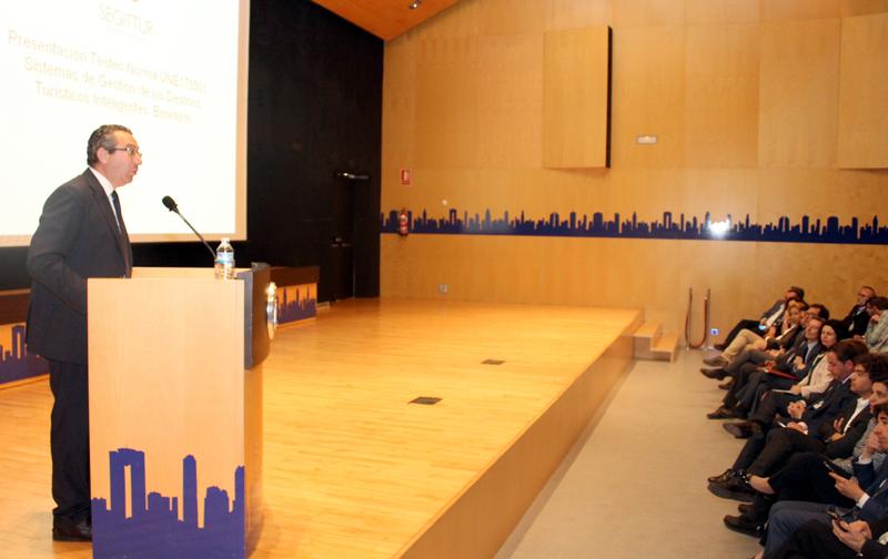 Intervención del alcalde de Benidorm, Toni Pérez, durante el acto de entrega del informe de testeo de la Norma UNE 178501 de Gestión de los Destinos Turísticos Inteligentes, auditada por SEGUITTUR.