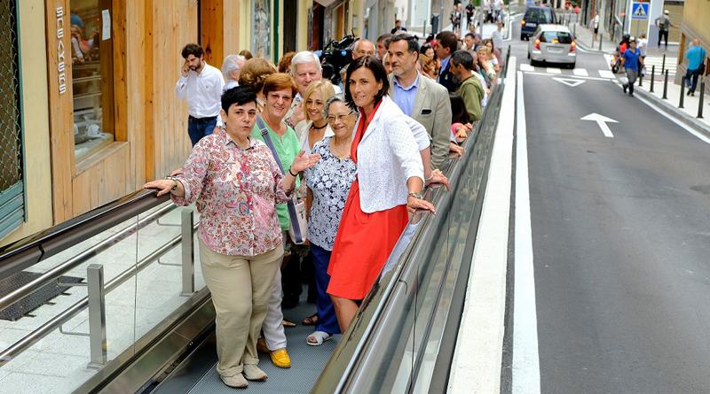 Inauguración de las nuevas rampas mecánicas instaladas en Santander para salvar zonas de pendiente y hacer más accesible la ciudad.
