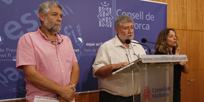 Joan Font, consejero de Desarrollo Local del Consell de Mallorca, y Joan Manera, director insular de Cooperación Local y Caza, presentaron la línea que subvenciona a los ayuntamientos de la isla la compra de vehículos eléctricos.