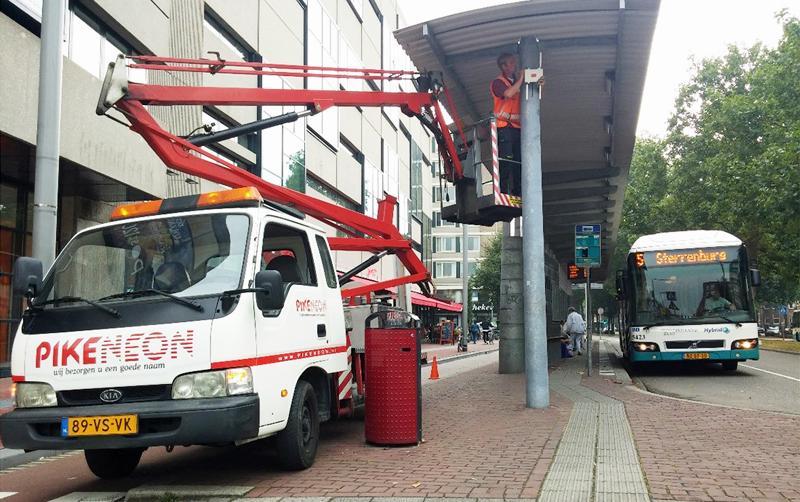 Proceso de instalación de los equipos para monitorizar el tránsito de peatones, bicicletas y vehículos en las principales calles de la ciudad.