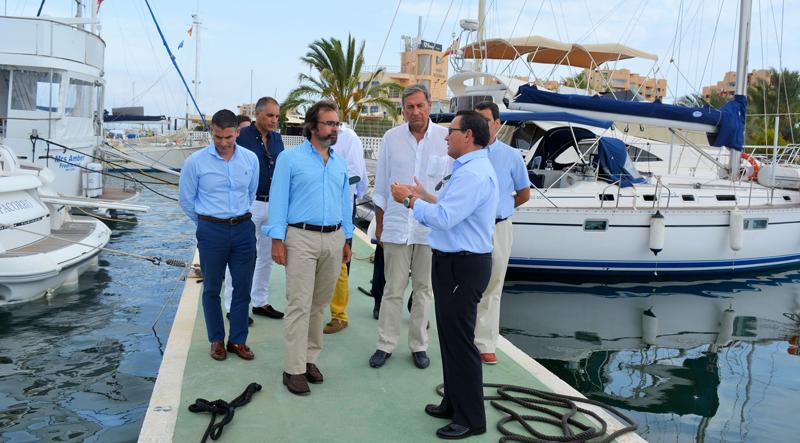 El consejero de Presidencia y Fomento de Murcia, Pedro Rivero, visitó el puerto deportivo de La Manga del Mar Menor y habló de la importancia de su renovación y la incorporación de las tecnologías para su gestión inteligente.