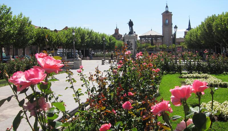 Plaza de Cervantes de Alcalá de Henares, uno de los puntos donde se puede utilizar el sistema de guiado en exteriores y la aplicación de localización y reserva de parking para personas con movilidad reducida.