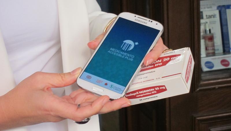 Mediante el código de barras del envase, la aplicación Medicamento Accesible Plus lee con el móvil toda la información sobre un medicamento y la transmite con voz.