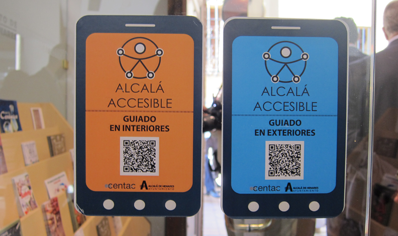 Se han ubicado pegatinas informativas en todos los espacios accesibles de la ciudad para poder utilizar los sistemas a través del código QR que muestran.