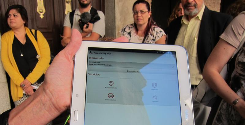 Pedir el taxi adaptado más cercano desde la tablet o el móvil y localizar puntos de interés turístico libres de barreras es lo que permite la App Accessibility Plus.