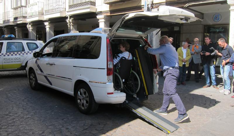 Una usuaria en silla de ruedas accede al taxi accesible que ha solicitado mediante la App incluida en el Espacio Integrado Inteligente.