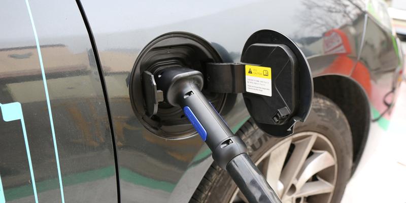 El Gobierno de Canarias quiere extender el coche eléctrico en las islas para reducir emisiones CO2 e impulsar el desarrollo de energías renovables, según explica su Estrategia Energética 2015-2025.