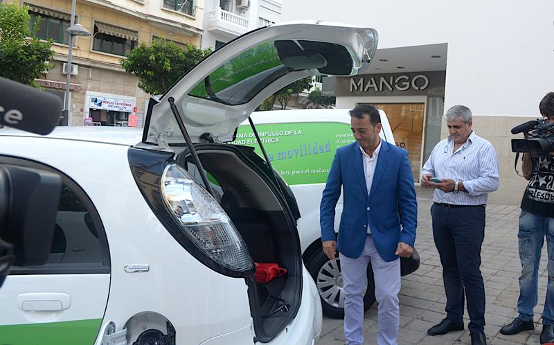 Los nuevos vehículos eléctricos que Ceuta ha adquirido para su flota municipal, presentados por el consejero de Medio Ambiente y Sostenibilidad, Fernando Ramos.