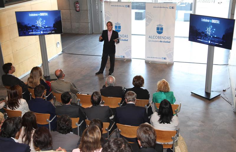 El alcalde de Alcobendas, Ignacio García de Vinuesa, durante la presentación del proyecto urbano Ecobulevar Digital.